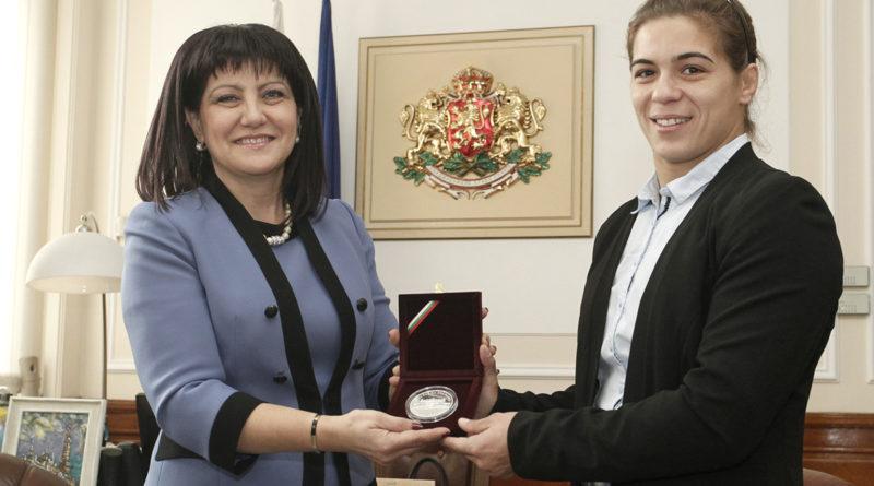 Dünya Güreş Şampiyonu Taybe Hüseyin'e Meclis Onur Plaketi