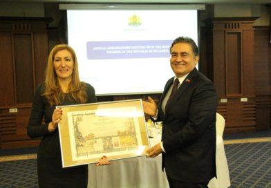 Bulgaristan Turizm Bakanı Büyükelçi'mize de hediye verdi