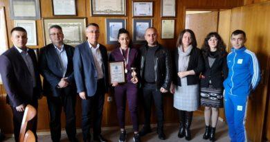 Bulgaristan güreş şampiyonu Ayça Halibram'a Kırcaali Belediyesi'nden ödül