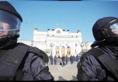 Bulgaristan'da polisler biber gazını kendilerine sıktı