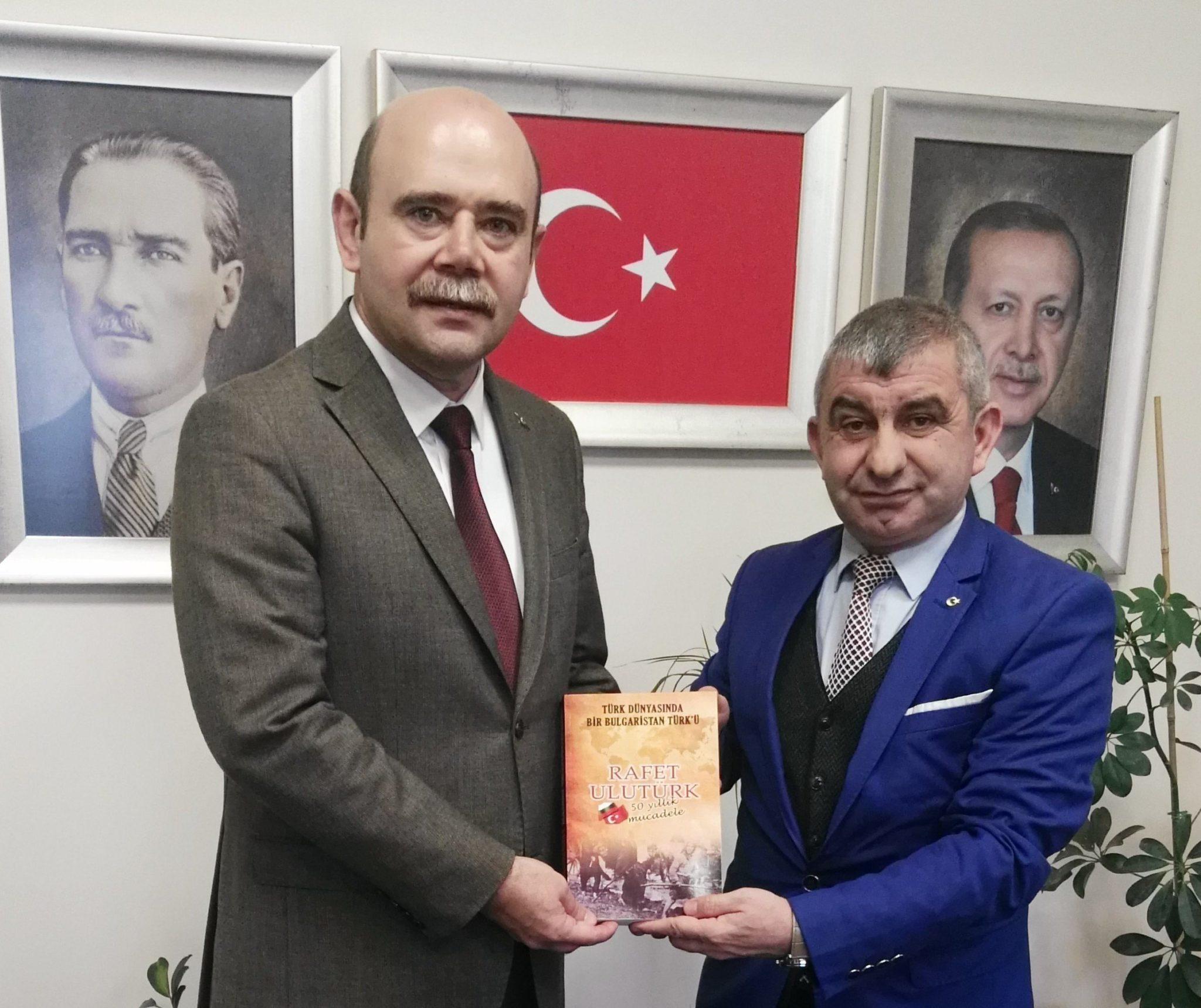 BULTÜRK Derneği Genel Başkanı Rafet Ulutürk kendi kitabını takdim ederken
